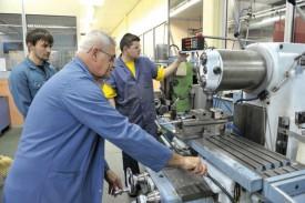 Deux élèves et un maître en pleine démonstration, à l'atelier mécanique. © Michel Duperrex