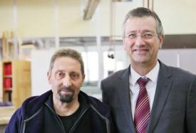 Gérald Dessaux (à gauche), coordinateur du secteur menuiserie, et Philippe Ambühl, directeur du Repuis. © Simon Gabioud