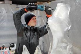 Jean-Baptiste Jolliet façonne sa sculpture en glace, le tout avec des instruments que l'on ne s'attend pas forcément à rencontrer dans son univers. ©Michel Duperrex