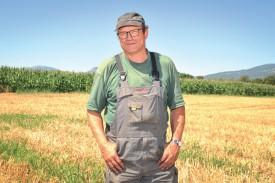 Louis Messerli, aux Tuileries-de-Grandson, sur l'une de ses parcelles moissonnées. Conformément à la tendance générale, ses rendements sont en recul, mais la qualité de sa récolte permet de limiter les dégâts. ©Carole Alkabes