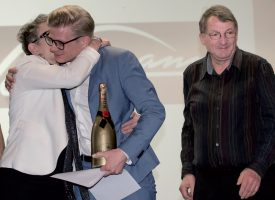Christophe Ackermann, très ému, est embrassé par sa maman Françoise, sous les yeux de son papa Jean-Louis. ©Champi