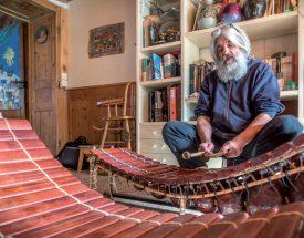 Claude Luisier improvise au balafon dans son salon. ©Charles Baron