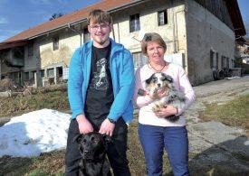 Adrien et Aline Favre, avec les chiens «Lucky» et «Teddy», devant l'exploitation familiale. ©Carole Alkabes
