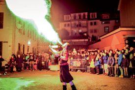 Samedi soir, un impressionnant spectacle de cracheurs de feu a ravi les nombreux spectateurs. ©Carole Alkabes