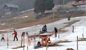 Dans la station des Rasses, les employés tentent d'étaler la neige restante sur les pistes. ©Michel Duperrex