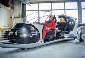 Franco et Françoise Sbarro dans la «tracto-sphère», un véhicule qui ne manquera pas de surprendre et d'alimenter les conversations. ©Carole Alkabes