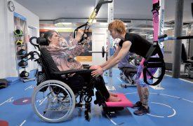 Atteinte d'une maladie dégénérative, Dominique Cornaz s'entraîne pour se lever de son fauteuil. Et Jeanna Thévenaz l'aide à atteindre son but. ©Michel Duperrex