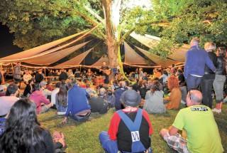 La nuit tombée, il y avait quelque chose de féerique, vendredi, lorsque les festivaliers se sont rassemblés sous un arbre illuminé. ©Carole Alkabes