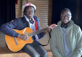 Accompagné de son frère Christopher, Jean-Robert Inembe (à g.) est venu remercier les bénévoles avec sa chanson «Comment ça va». ©Christelle Maillard