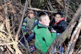 Les rires et les cris de joie des élèves de la classe 6e HarmoS ont résonné dans la forêt de Clar-Chanay. ©Michel Duperrex