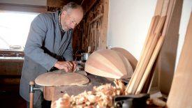 Pour construire un luth, Hans-Martin Bader doit créer et assembler quelque nonante pièces en bois. ©Michel Duperrex