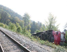 La voiture de tête avait arraché deux pylônes avant de se coucher dans le talus, à côté des voies. ©DR