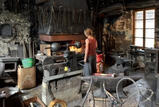 Emma Pietrzykowska travaille, comme sa soeur et son frère, aux Grandes Forges du Musée du Fer. Tous trois ont participé aux Vulcanales. ©Carole Alkabes
