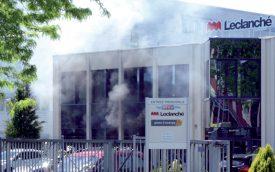 Une cinquantaine de civils ont été évacués suite à l'incendie chez Leclanché. ©Michel Duvoisin