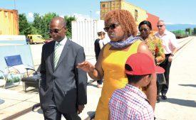 Léonard Henri Bindzi, ambassadeur camerounais à Berne, a salué l'initiative de Liliane Vessah, qui soutient plus de 180 élèves dans une école, à Yatchika. ©Carole Alkabes