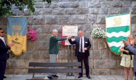 Le syndic de Collesano, Angelo De Gesaro (à g.) et son homologue yverdonnois Jean-Daniel Carrard, lors de l'inauguration de la petite place au nom de la Cité thermale, qui jouxte la bâtiment communal. ©DR