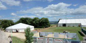 Le site de la manifestation, une fois choisi, a vu une tonnelle, ainsi qu'une tente qui peut accueillir jusqu'à 2000 personnes, se monter avec l'aide précieuse de la Protection civile. Une centaine de bénévoles assureront la réussite de l'événement. ©Michel Duperrex