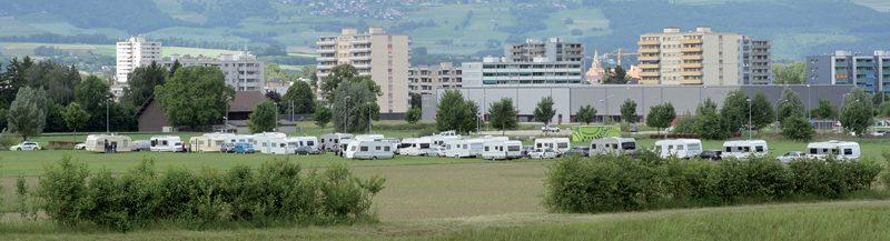 Plus d'une vingtaine de caravanes se sont installées au sud du parc scientifique et technologique Y-Parc. Elles devraient quitter les lieux ce dimanche. ©Michel Duperrex