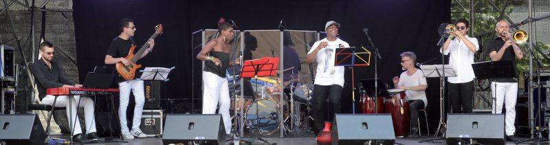 Les musiciens du groupe Montoya sur la scène de la place Pestalozzi. ©Michel Duperrex