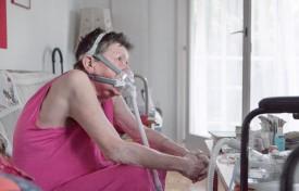Chaque matin, les infirmières effectuent un «passage de sécurité» chez cette patiente souffrant de détresse respiratoire chronique, et placée sous oxygénothérapie. ©Simon Gabioud