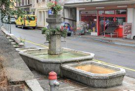 Selon plusieurs commerçants de la rue Centrale, les toxicomanes du village se réunissent très souvent près de cette fontaine. ©Carole Alkabes