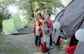 Joséphine, Danny (au premier rang) Maude et Ellyn, accompagnés de leur maman respective, ont dormi pour la première fois en plein air au Camping des Pins, près de Grandson. ©Isidore Raposo
