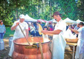 Les curieux ont pu assister à la fabrication artisanale du fromage «Le Contrebandier», dans une immense marmite... ©Carole Alkabes