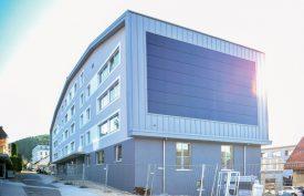 Le nouveau bâtiment scolaire s'intègre parfaitement dans le patrimoine bâti de Sainte- Croix. Ses panneaux solaires lui fournissent une partie de son électricité. ©Carole Alkabes