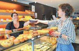 A la Boulangerie du Château, la municipale Carmen Tanner emmène son repas dans une boîte ReCircle. ©Carole Alkabes