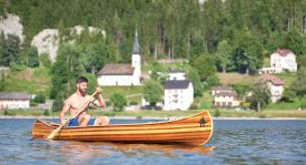 La mise à l'eau du canoë a eu lieu en juillet, dans la baie du Pont, sur le lac de Joux, quelques jours seulement avant le départ pour la Scandinavie. ©Simon Gabioud