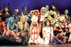 Les meilleurs cosplayers suisses ont attiré les foules, samedi en fin de journée. La salle du Théâtre Benno Besson était comble pour leur spectacle. ©Michel Duperrex