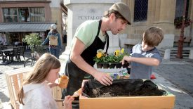 Accompagné de ses deux enfants, Nora et Daneck, Marcel Paris a proposé un atelier potager, à la place Pestalozzi. ©Michel Duperrex
