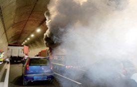 Le scénario imaginé pour cet exercice, coûtant 40 000 francs, était un accident au milieu des 3 kilomètres de tunnel, où quatre mannequins et deux personnes devaient être secourues. ©Michel Duperrex