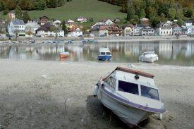 Plusieurs bateaux sont échoués sur les rives du lac. ©Michel Duperrex