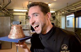 Le premier chocolatier certifié Bourgeon Bio de Suisse, Michaël Randin, a confectionné une délicieuse cloche pour la Bourse aux Sonnailles de Romainmôtier, prévue les 12 et 13 octobre prochains. ©Michel Duperrex
