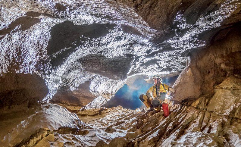 Dans les méandres des galeries souterraines, on tombe parfois sur des caves de grande taille.