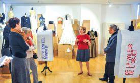 La directrice du MuMode, Anna-Lina Corda (au centre) et le conservateur, Antonio Villaverde (à dr.), ont sélectionné une quarantaine d'habits et accessoires de mode pour réaliser leur nouvelle exposition. Un vrai challenge quand on sait que le musée possède plus de 12 000 pièces. ©Carole Alkabes