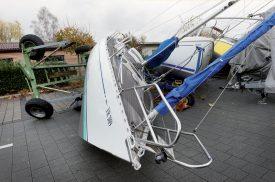 Les bateaux étaient renversés sur le sol du parking du port cheyrois. ©Michel Duperrex