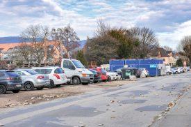 A l'instar d'autres zones de la ville, la rue des Moulins n'accueille pas que des véhicules des habitants du quartier. ©Carole Alkabes