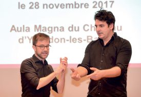 Lionel Perrinjaquet et Grégoire Leresche, de la Compagnie du Cachot, ont animé l'après-midi à l'Aula Magna du Château. ©Michel Duperrex