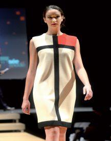 En adhérant aux Amis du musée, les invités ont pu aider à réaliser cette robe d'Yves Saint Laurent. ©Michel