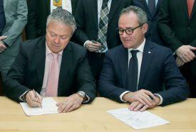 ayLe syndic d'Yverdon-les-Bains, Jean-Daniel Carrard, avec Nicolas Leuba, président de l'UPSA-Vaud, lors de la signature officielle. ©FLASHPRESS/ ALLENSPACH/LDD