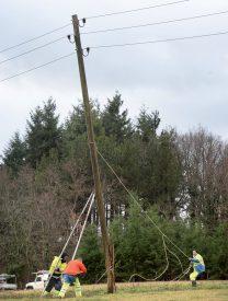 Des coupures de courant ont privé plusieurs communes d'électricité, notamment Sergey, où des poteaux électriques sont tombés à cause du vent. ©Michel Duperrex