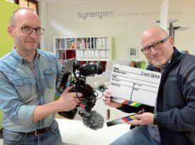 Daniel Anders (à g.) et Laurent Bailly ont réalisé douze clips, d'une dizaine de secondes chacun, à l'aide d'une caméra de drones mise sur une poignée. ©Michel Duperrex
