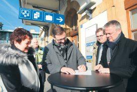 Pascal Pittet (au centre), commandant de Police Nord vaudois, a signé la convention, entouré de Valérie Jaggi Wepf, municipale, et Jean-Daniel Carrard, syndic. ©Michel Duperrex