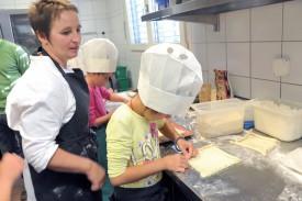 Chaque enfant a pu repartir avec sa tarte aux pruneaux réalisée sous l'oeil expert de Maryline Nozahic. ©Michel Duperrex
