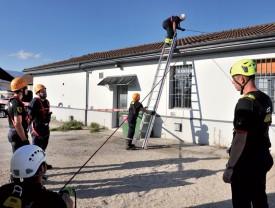 A proximité du Service des énergies, à la rue de l'Ancien-Stand, les sapeurs-pompiers se sont exercés à la progression sur des échelles. ©Michel Duperrex