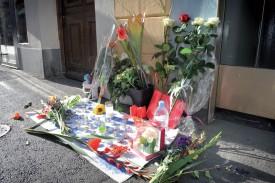 Les proches des victimes ont déposé des fleurs au pied de l'immeuble où le double meurtre a été perpétré. Cette agression a provoqué beaucoup d'émotion dans le centre-ville. ©Carole Alkabes