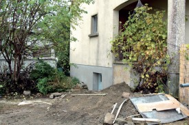 La police a trouvé ce qu'elle était venue chercher. Les abords de la maisonnette ne sont pas interdits d'accès et les traces de fouilles restent apparentes. ©PhV