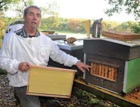 André Amiet entretient le ruchet biologique de La Coultre. ©Michel Duperrex